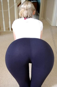 Hot girl in Yoga Pants giyp yoga..